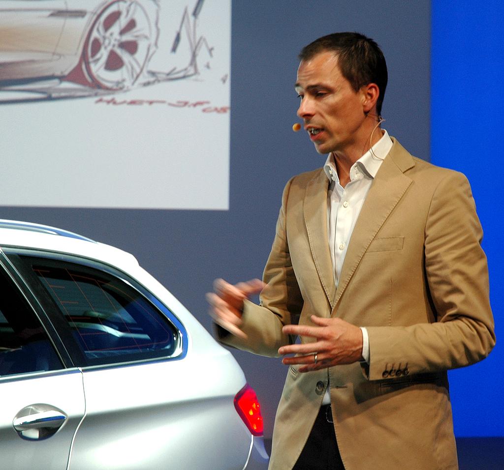 BMW 5er Touring: Designer Anders Worming erläutert die Linienführung am Heck.