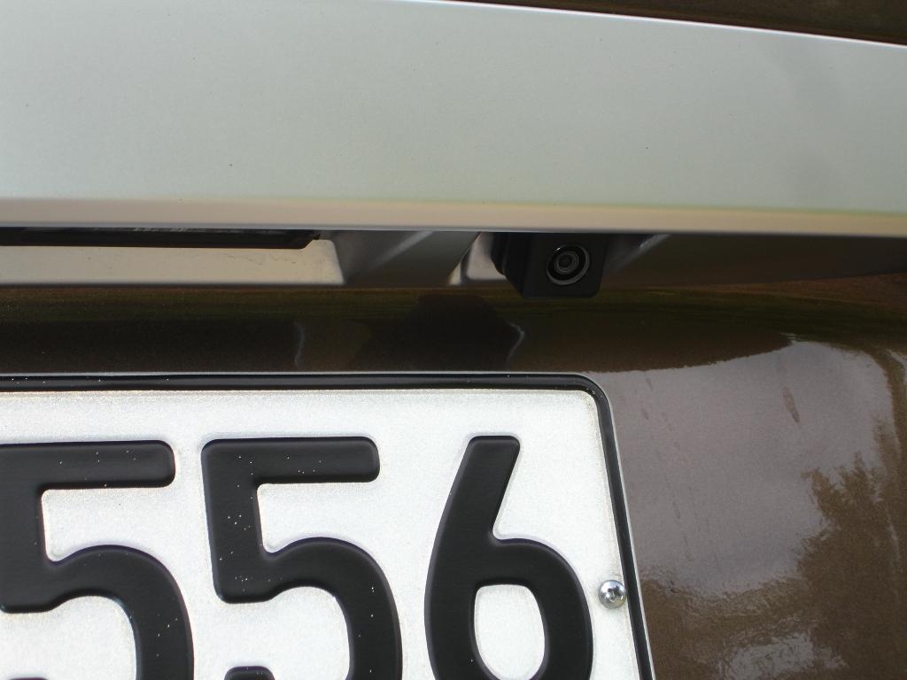 Bei Rückwärtsfahrt erscheint auf dem Navi-Bildschirm, was das am Heck über dem Kennzeichen versteckte Kameraauge sieht.
