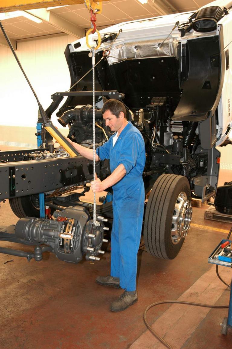 Einbau einer zweiten Vorderachse im Mercedes-Benz Werk Molsheim.