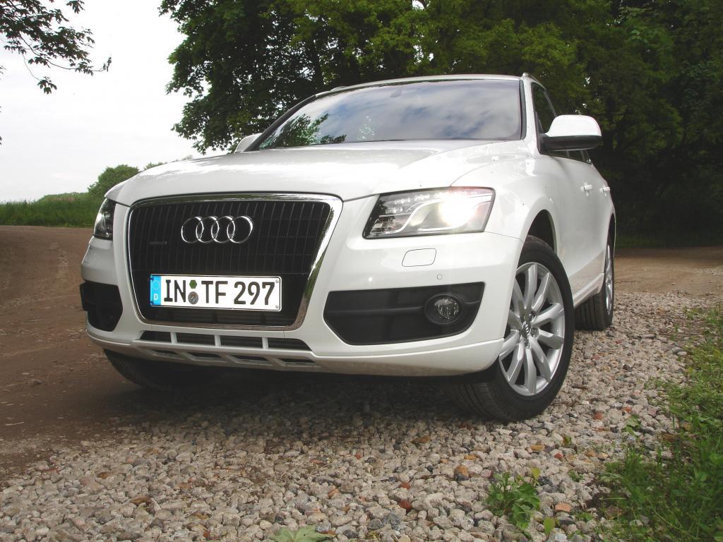 """Erhabener Auftritt. Ein Q5 kann sich sehen lassen. Das besonders geformte Tagfahrlicht ist mittlerweile unverkennbares Audi-Erkennungszeichen. """"Audi adaptive light"""" passt sich dynamisch dem Lenkradeinschlag und der Ausrichtung des Autos an."""