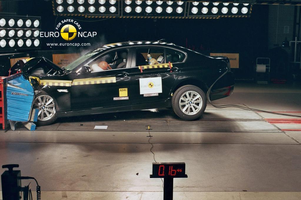 Frontalcrash mit 64 km/h: Insassenzelle bleibt sehr stabil. Kniebelastungen sind beim Fahrer und Beifahrer sehr niedrig: 15,5 von 16 Punkten.
