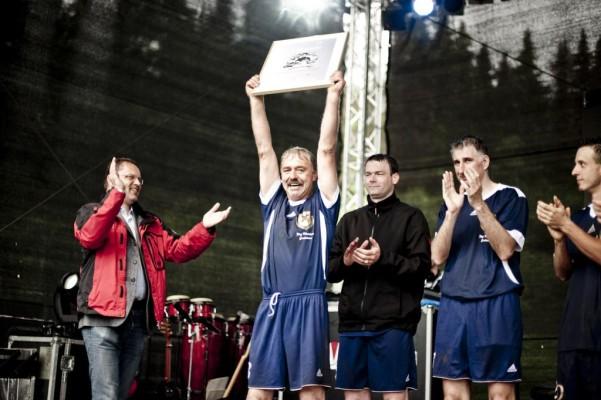 Gerüstbauer spielten gegen Fußball-Legenden und gewannen Mercedes-Benz Vito