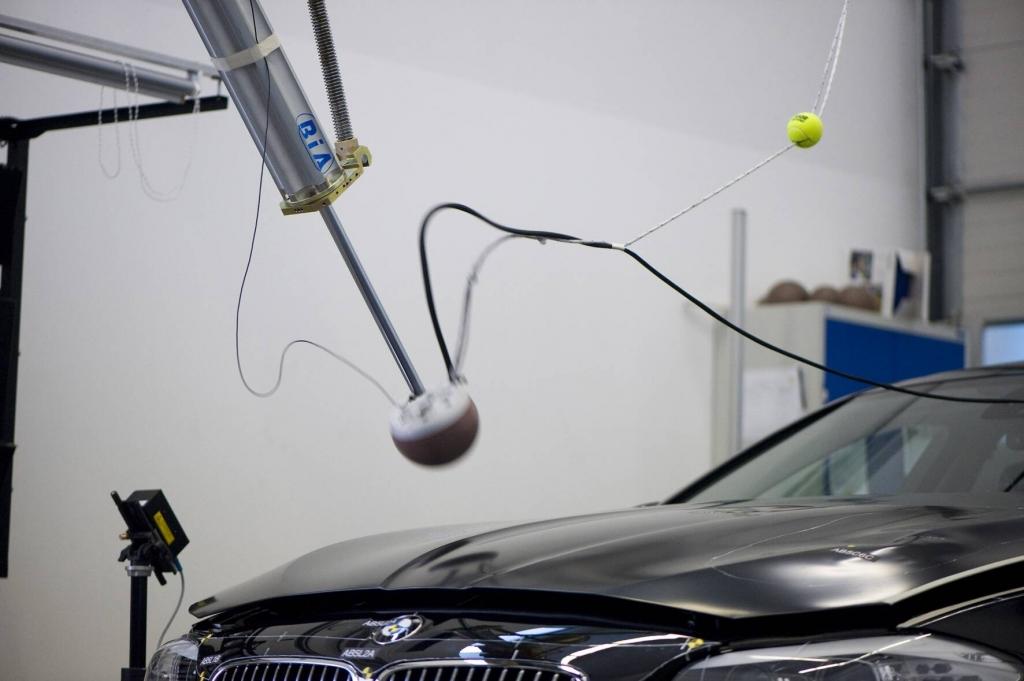 Krafteintrag auf der Motorhaube zur Simulation eines Fußgängeraufpralls. Die Haube hebt sich.