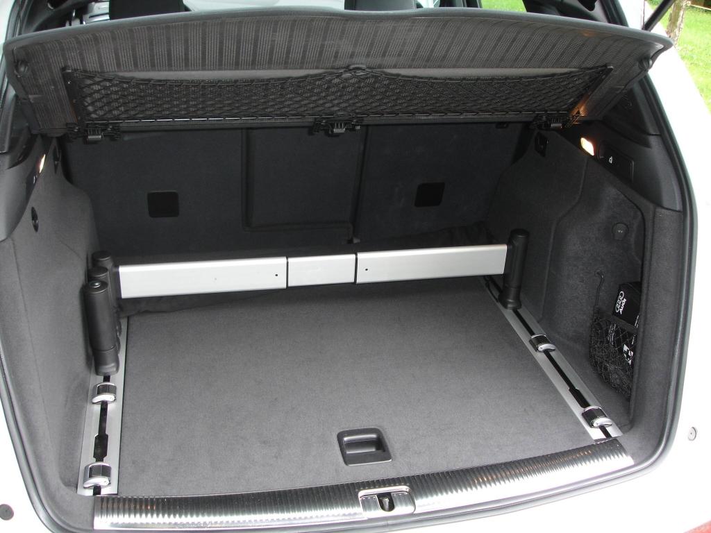 Optional das nützliche variable Schienensystem im Kofferraum: Der Gepäckraum kann bedarfsgerecht aufgeteilt werden, Gegenstände lassen sich rutschsicher fixieren.