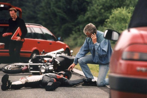 Ratgeber Motorrad: Nach Unfall den Helm abnehmen?