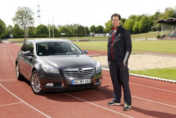 Stabhochspringer Danny Ecker fährt Opel Insignia Sports Tourer