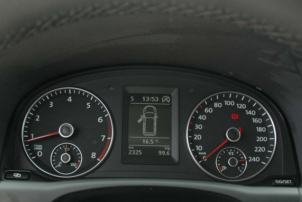 VW Touran: Blick auf die Rundinstrumentierung mit Display in der Mitte.