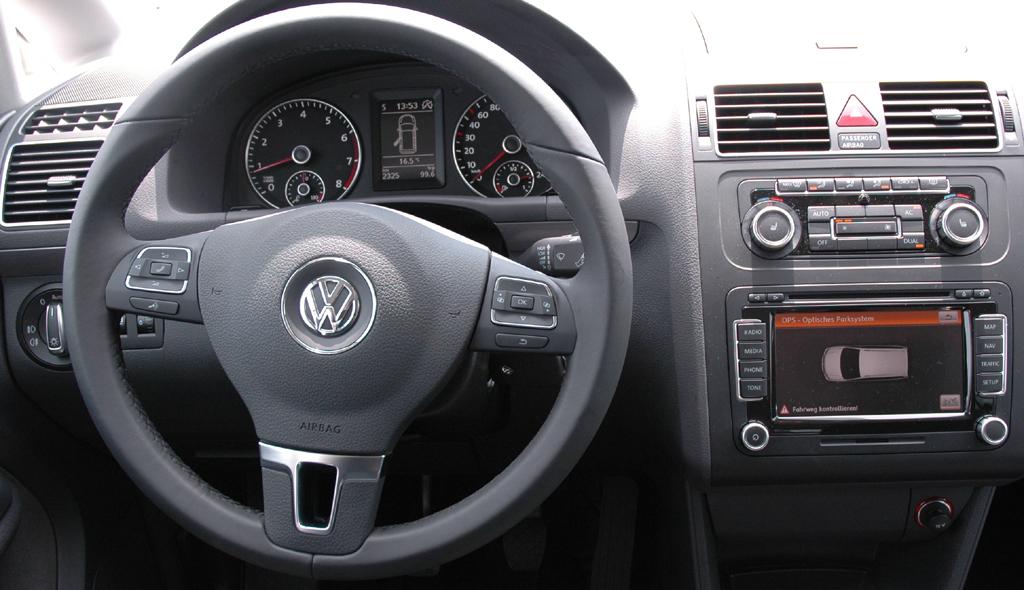 VW Touran: Blick ins übersichtlich gestaltete Cockpit.