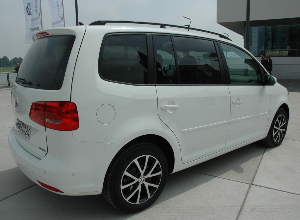 VW Touran: Das Heck fällt steil ab, die Dachreling ist erst ab der zweiten Ausstattung Serie.