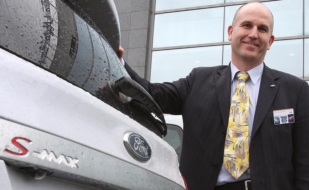 Andreas Schamel vom Ford-Forschungszentrum Aachen an einem Ecoboost-S-Max.
