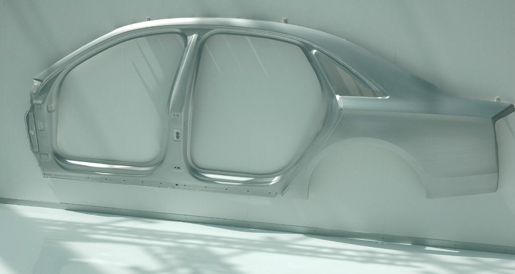 Audi A8 lang: An der Wand hängendes Karosserie-Seitenteil.