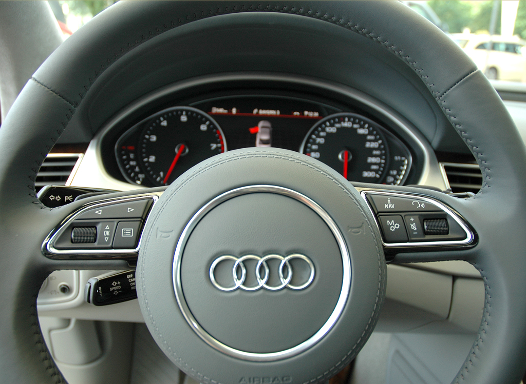 Audi A8 lang: Blick auf das Multifunktionslenkrad.