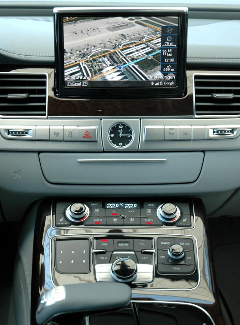 Audi A8 lang: Blick auf den mittleren Armaturenträger und die Mittelkonsole mit dem Getriebewählhebel vorne links.