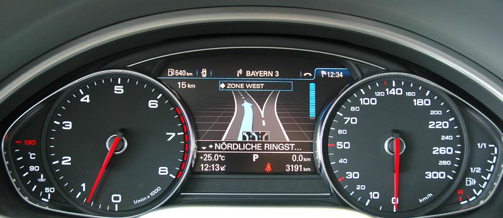 Audi A8 lang: Blick auf die Rundinstrumentierung hinter dem Lenkrad.