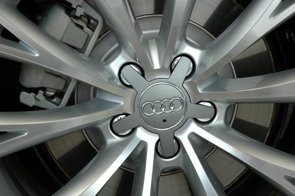 Audi A8 lang: Blick auf eine Radfelge.