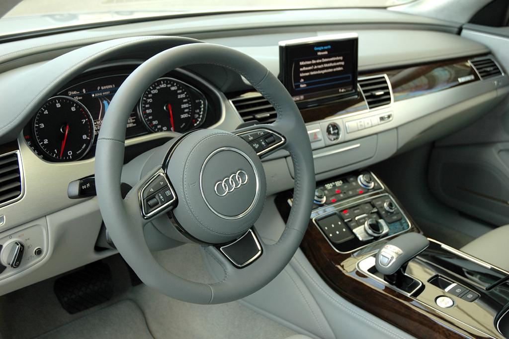 Audi A8 lang: Blick ins Cockpit.