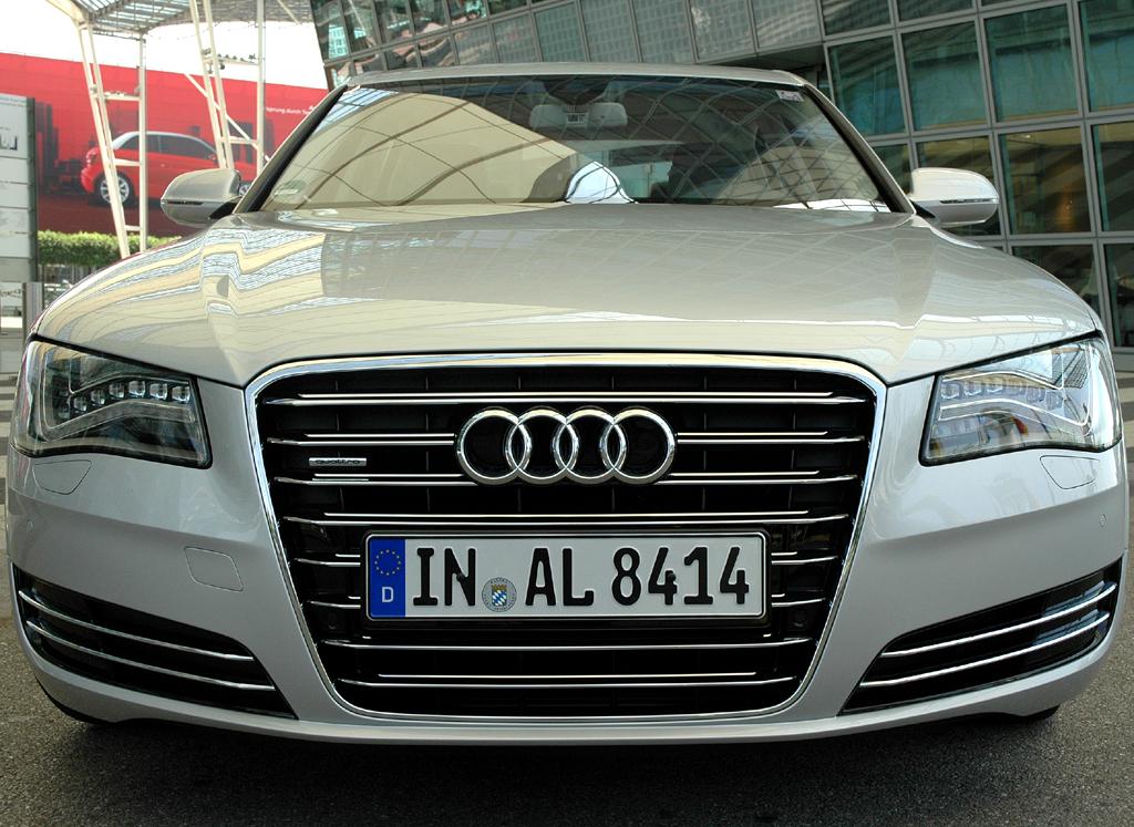 Audi A8 lang: Der mächtige Singleframe-Kühlergrill ist typisch.