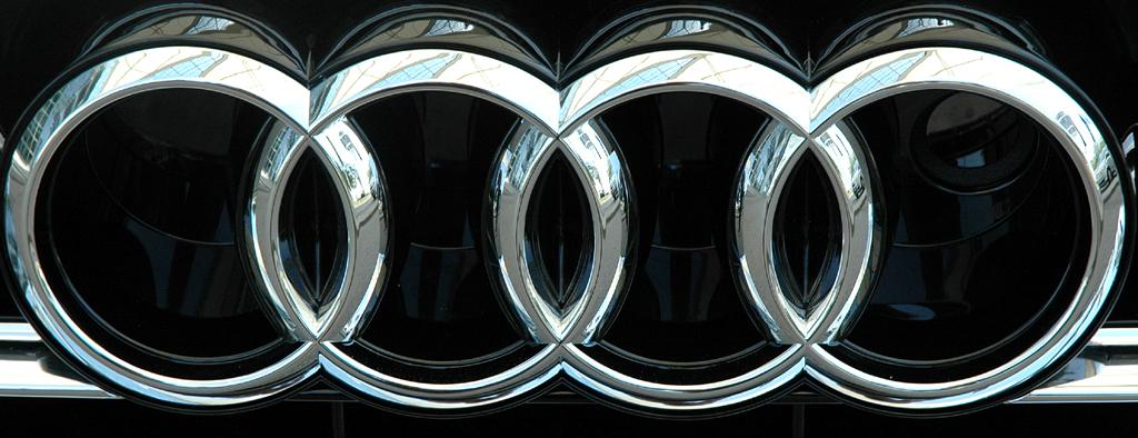 Audi A8 lang: Die vier Markenringe sind im Kühlergrill platziert.