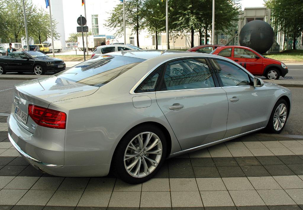 Audi A8 lang: Heck-/Seitenansicht.
