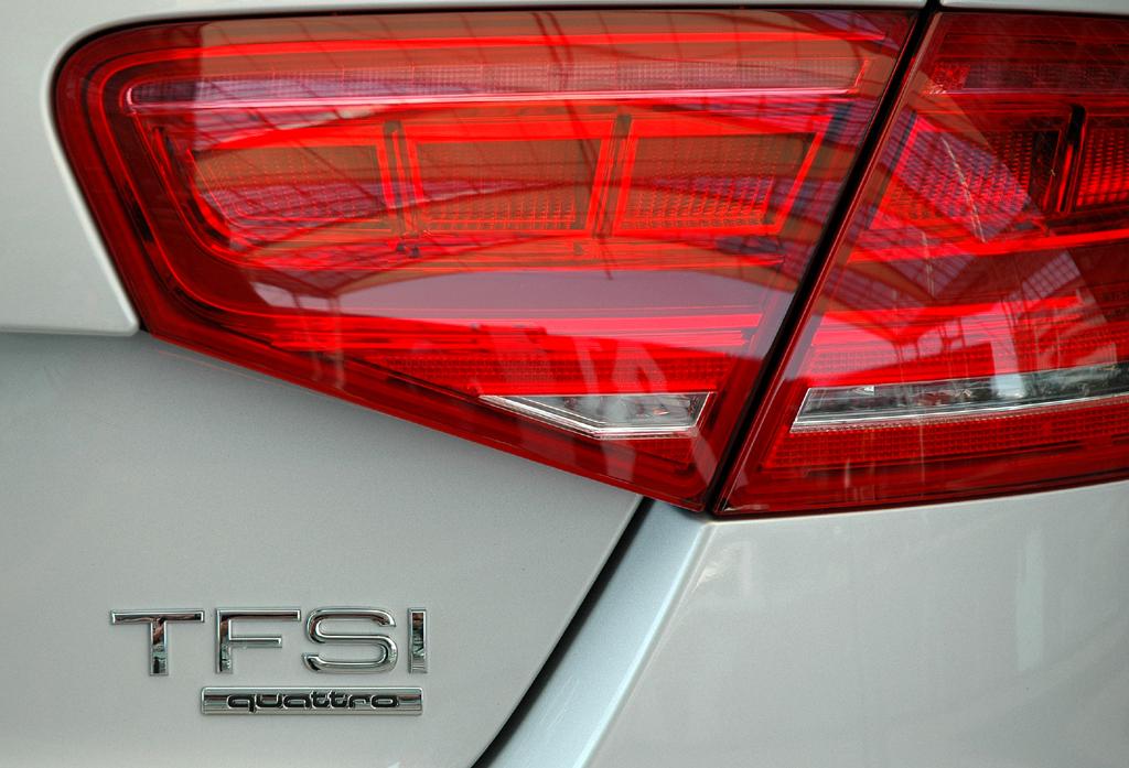 Audi A8 lang: Leuchteinheit hinten mit Hinweis auf die Motorisierung.