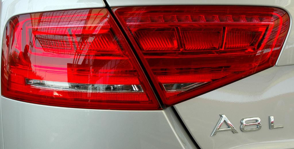 Audi A8 lang: Leuchteinheit hinten mit Modellschriftzug.