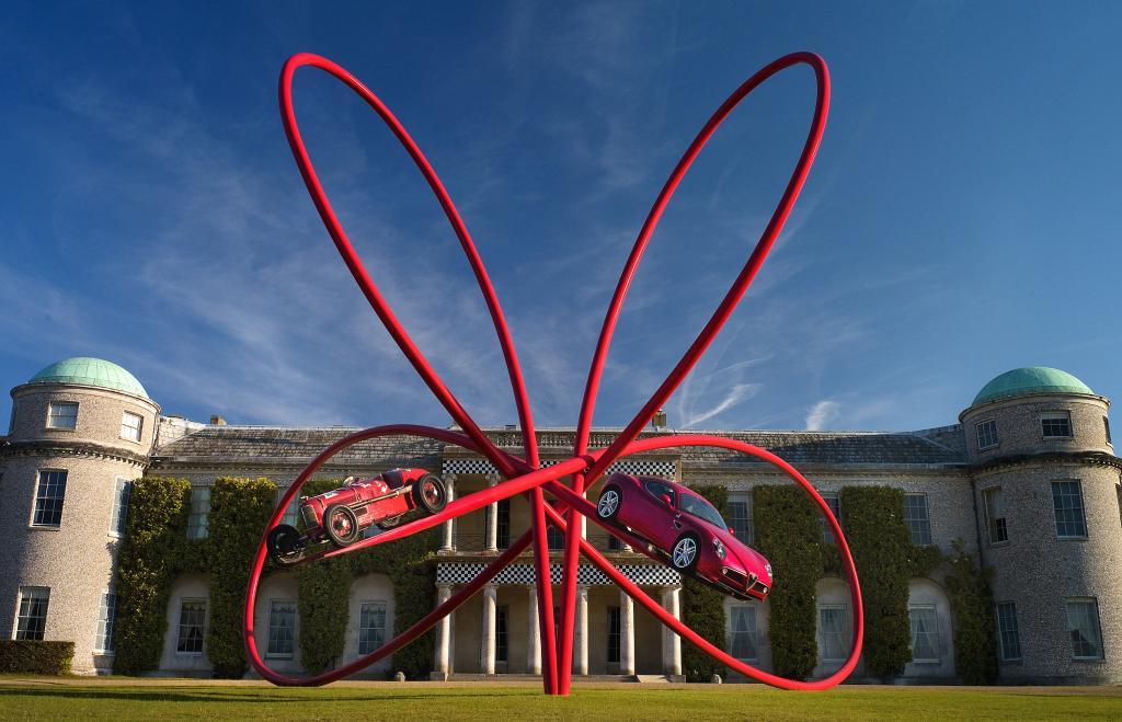 Die Besucher des Goodwood Festival of Speed werden von einer Skulptur des Künstlers und Designers Gerry Judah begrüßt, die auf das 100-jährige Markenjubiläum von Alfa Romeo hinweist.