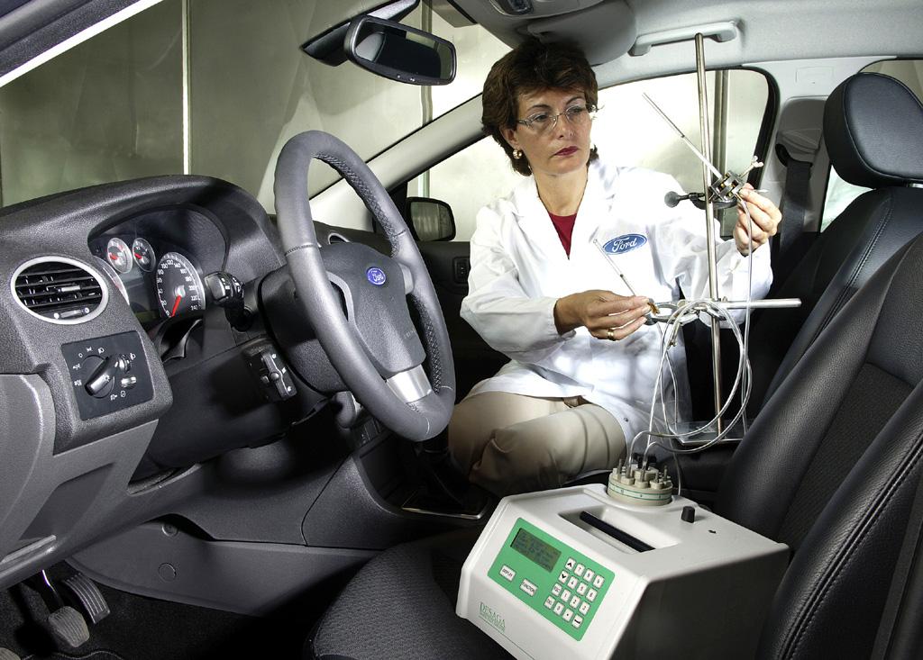 Eine Mitarbeiterin im Ford-Labor bei der Durchführung eines Innenraum-Tests.
