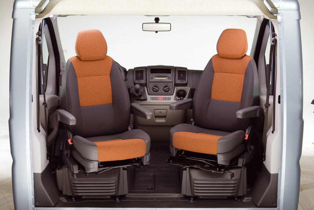 Einladend das Fahrerabteil mit komfortbetonten Ausstattungsdetails wie Klimaautomatik und Drehsitzen mit Doppelarmlehnen.