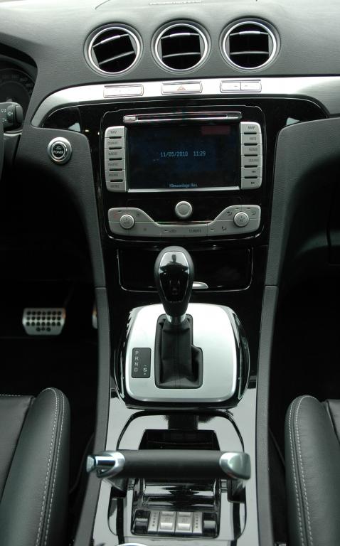 Ford S-Max Ecoboost: Blick auf den mittleren Armaturenträger mit dem Handbremsgriff vorn, der wie ein Schubregler gestaltet ist.