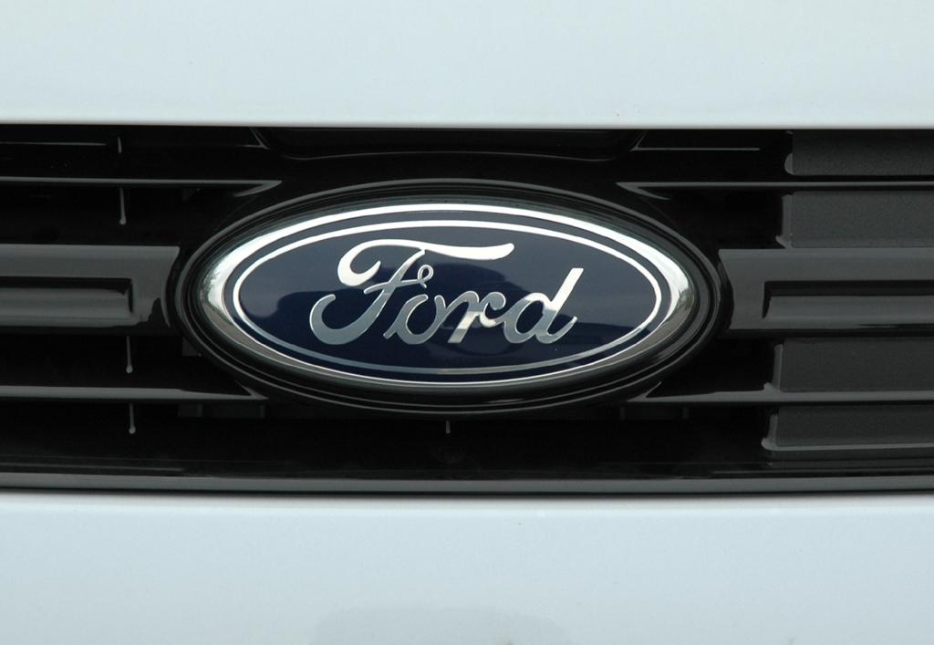 Ford S-Max Ecoboost: Das ovale Markenlogo sitzt im Kühlergrill.