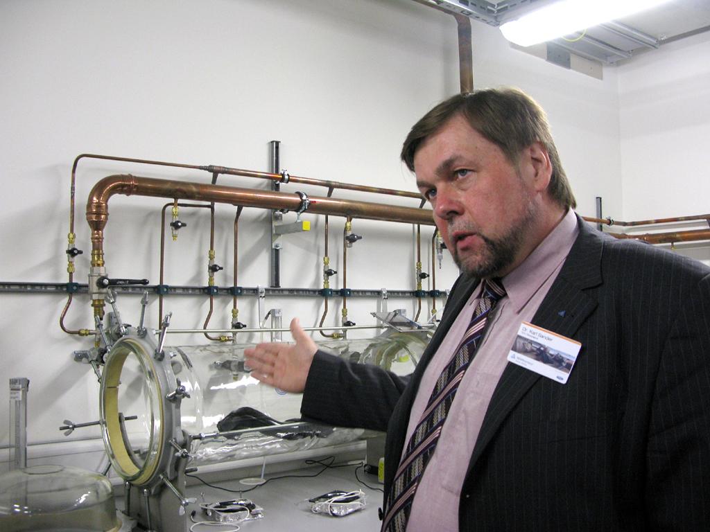 Ist den Schadstoffen auf der Spur: Dr. Karl Sander vom TÜV Rheinland.