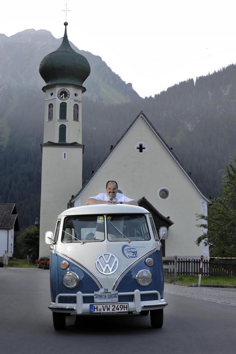 Johann Lafer mit dem VW Bulli.