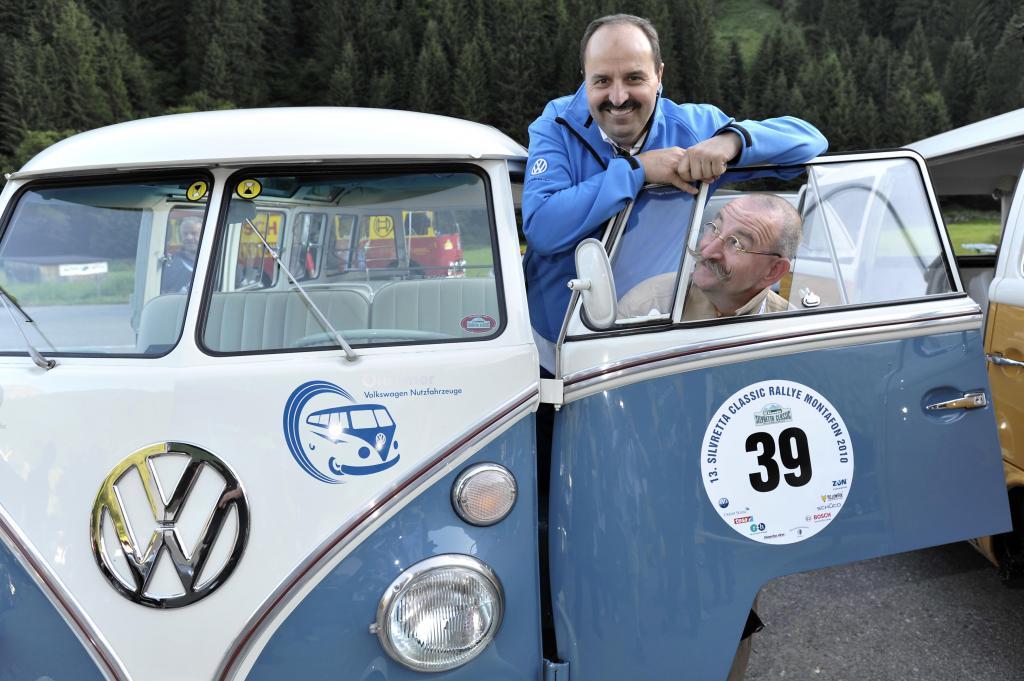 Johann Lafer und Horst Lichter mit dem VW Bulli.