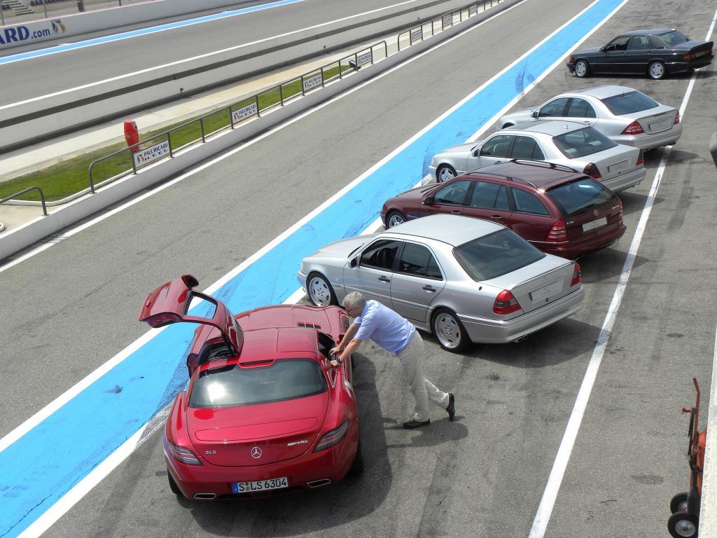 Mercedes-Benz AMG - alte Modelle, bewacht vom SLS AMG.