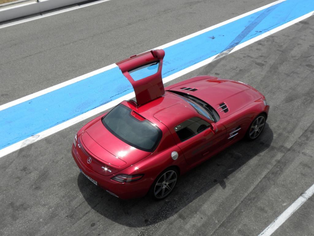 Mercedes-Benz SLS AMG in Rot: Fiat/Ferrari-Chef Marchionne soll sich darüber aufgeregt haben, dass AMG mit der Farbe Rot wirbt. Ist man bei Ferrari nervös wegen des Afalterbacher?