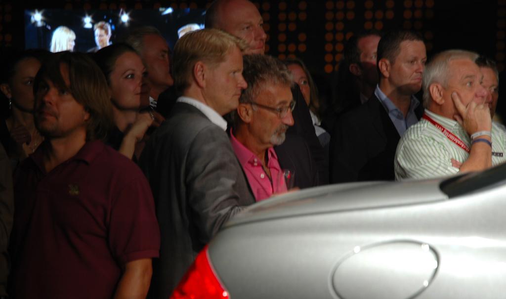 Mercedes CL 63 AMG: Auch der frühere Formel-1-Rennstallbesitzer Eddie Jordan (im pinkfarbenen Hemd) war Gast der Premierenveranstaltung.