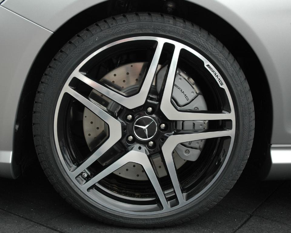 Mercedes CL 63 AMG: Blick auf das Vorderrad auf der Fahrerseite.