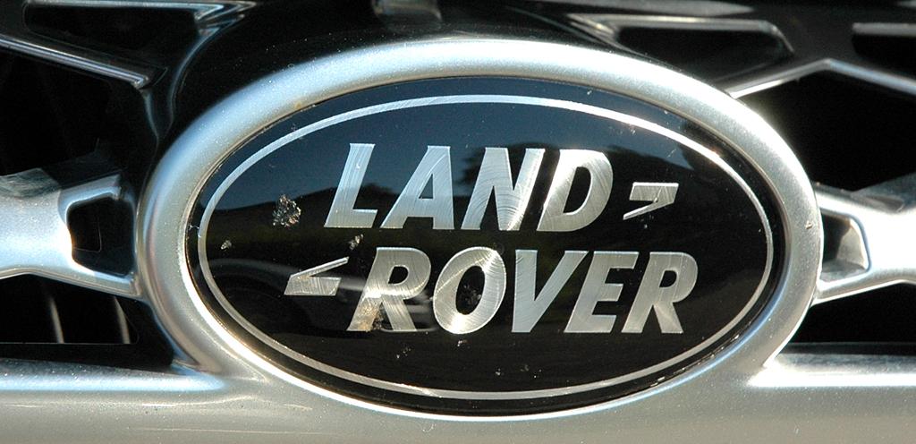 Range Rover Supercharged: Das Markenemblem sitzt im großen Kühlergrill.