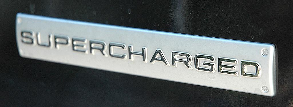 Range Rover Supercharged: Hinweis auf die aufgeladene Motorisierung.