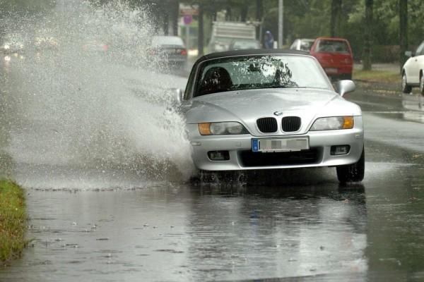 Ratgeber: Vorsichtig fahren bei Sommergewitter
