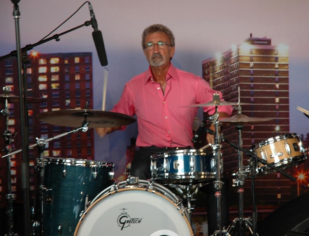 Rockt den Tribünen-Untergrund: Spontan-Drummer Eddie Jordan am Schlagzeug.