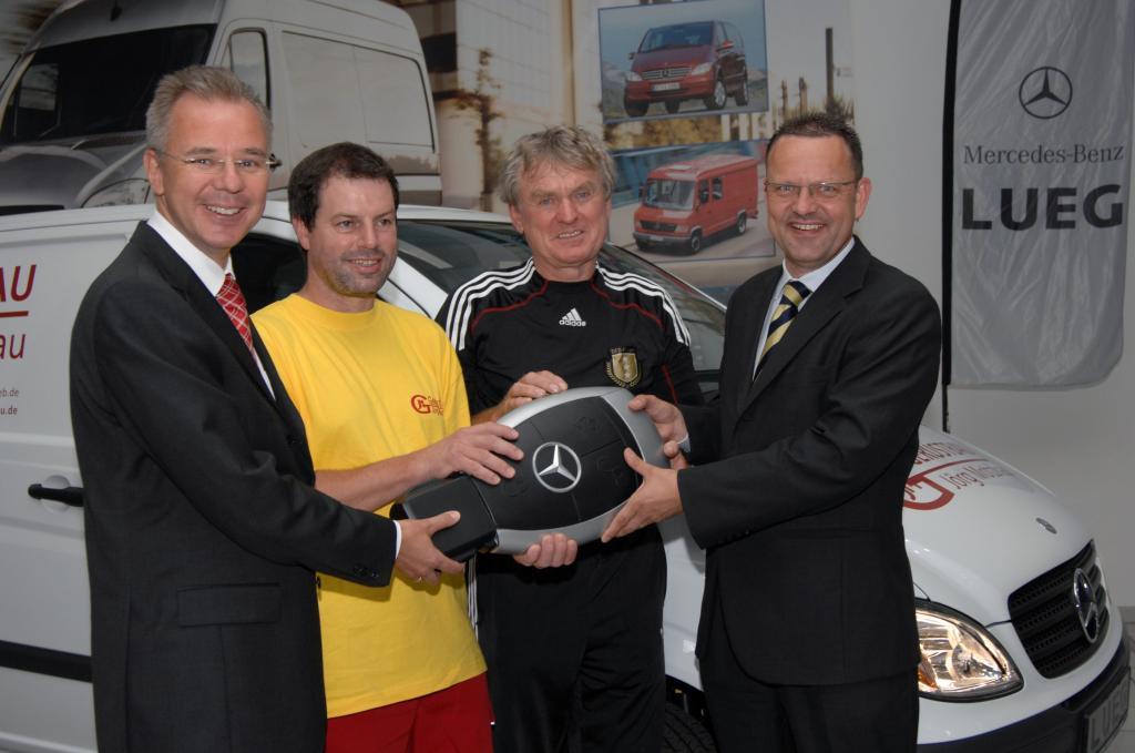 Sepp Maier übergibt neuen Firmenwagen an beste Meistermannschaft