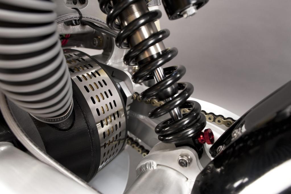 Als Antrieb nutzen beide Stromer einen bis zu 22 Kilowatt starken permanenterregten Gleichstrom-Elektromotor, der seine Kraft über eine Kette ans Hinterrad in der Dimension 110/90-16 überträgt.