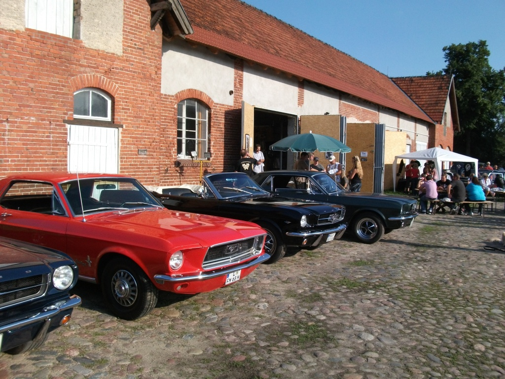Amerikanische Automobilkultur bei Gas, Grease & Glory in Berlin. Ford Mustang vor dem Motor Club