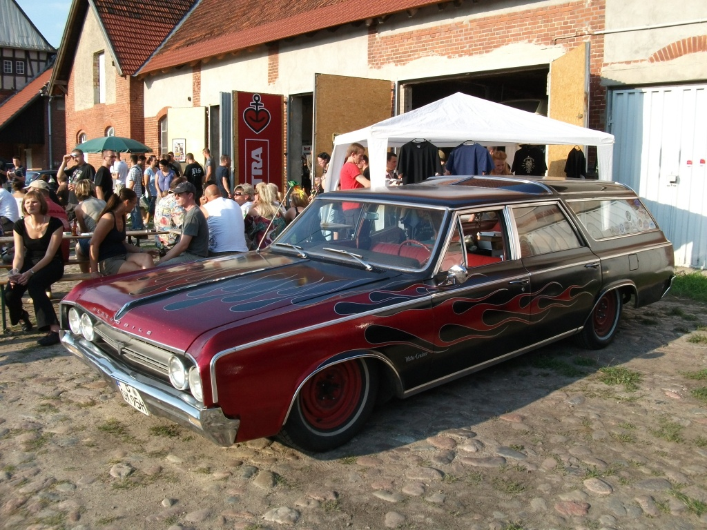Amerikanische Automobilkultur bei Gas, Grease & Glory in Berlin. Oldsmobile Vista Cruiser