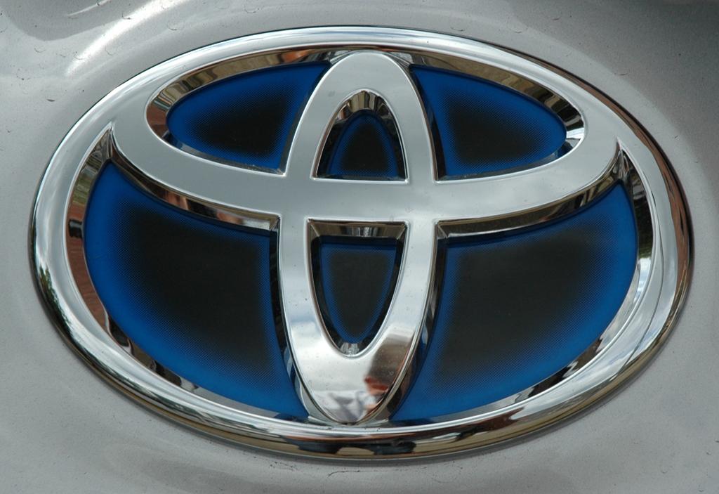 Das bei Hybridmodellen verwendete Toyota-Logo schimmert blau.