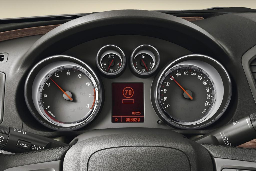 Das jeweils gültige Tempolimit zeigt die Verkehrszeichenerkennung an.
