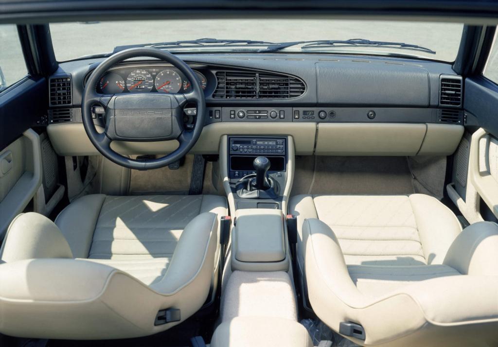 Den ersten Beifahrer-Airbag gab es im Porsche 944.