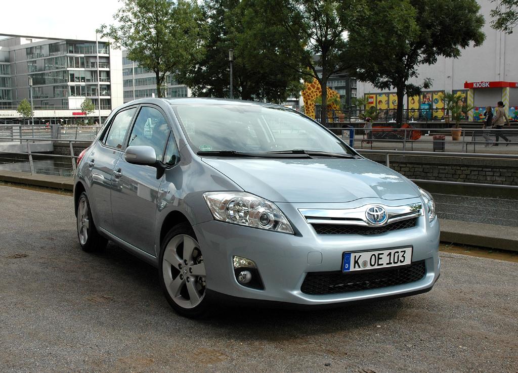 Der Auris Hybrid rundet Toyotas Kompaktklassen-Erneuerung ab: