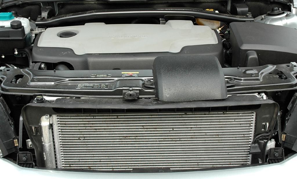Der Frontantrieb-XC90 ist mit dem 2,4-Liter-Fünfzylinder-Turbodiesel mit 163 PS kombiniert.